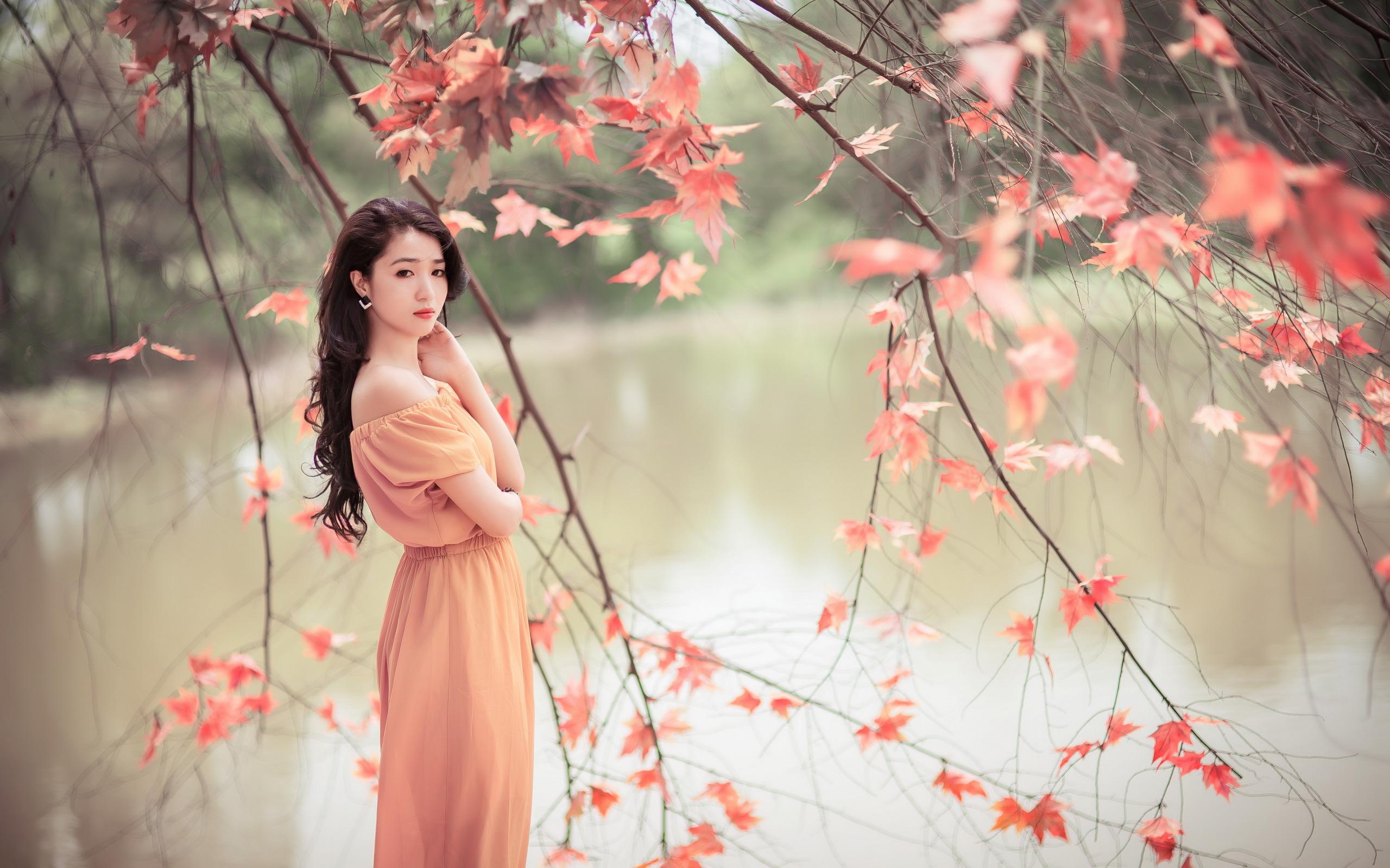 Красивая девушка на фоне красивого пейзажа, молодые девушки с огромными сиськами фото